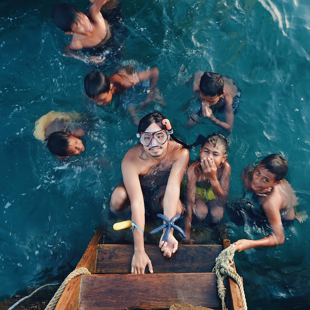 berenang di dermaga pulau moyo, indonesia traveller