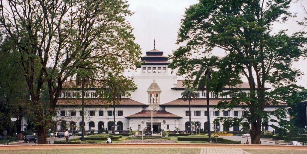 gedung sate bandung - indonesia traveller guide - bandung paris van java