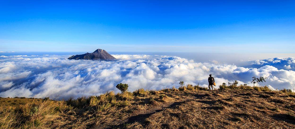 Pemandangan kabut awan puncak merbabu – indonesia traveller
