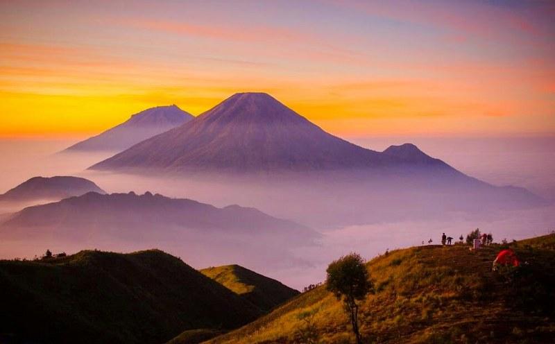 Pemandangan kabut awan puncak gunung prau - indonesia traveller